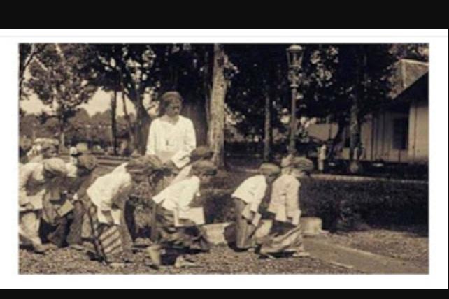 Hasil gambar untuk Beginilah Adab Murid Tahun 1880 Mereka Sangat Hormat Kepada Guru, Sangat Jauh Berbeda Dengan Generasi Sekarang